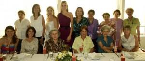 María Alejandra en compañía de familiares y amigas.