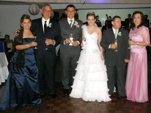 La pareja acompañada por sus padres. Gloria Tarazona de Galvis, Hernando Galvis, Julio Martín Suárez y Teresa Gómez.