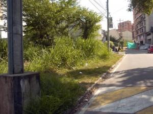 Lote ubicado en la calle 30, sobre la vía que llega al Club Campestre.
