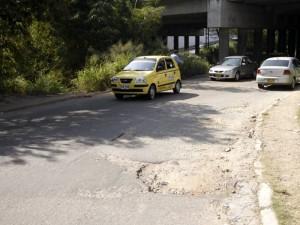 Los huecos debajo del puente vehicular no solo perjudican el tránsito vehicular, sino también el peatonal.