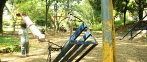 Las zonas verdes y los juegos infantiles no han recibido mantenimiento.
