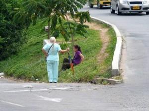 Algunos peatones deben hacer de todo para poder llegar hasta la parada. Este cruce en particular es peligroso para cualquier persona.