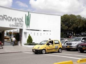 Algunos taxistas no respetan la bahía que construyó el Centro Comercial Cañaveral.