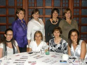 Aparecen sentadas: Ángela María Ardila, Lucía Gómez, María Cristina Rueda y Adriana Rey. De pie: María Teresa Sus, Martha Silva, Constanza Arenas y Amparo Arenas.