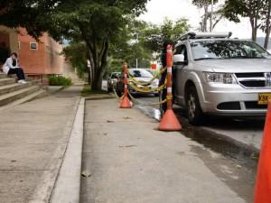 La bahía de la universidad está cerrada y los carros no ven problema en parquear justo al lado.