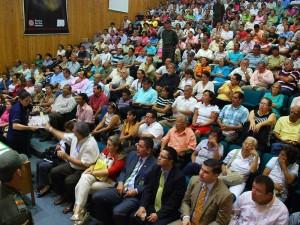 Más de 250 personas llenaron el auditorio Garza Real de la Casa de la Cultura Piedra del Sol de Floridablanca. Varios de los asistentes tuvieron la palabra.