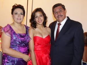 La quinceañera junto a sus padres Claudia Benítez y Gerardo Luna.