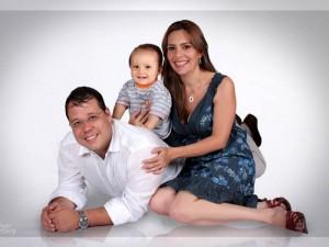 Los homenajeados en compañía del padre y esposo Carlos Roberto Ávila.