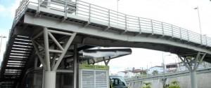 El puente del Panamericano sigue sin tener un ascensor para discapacitados o en su defecto rampas que permitan su fácil acceso. Los usuarios señalan que hasta las madres que llevan coches necesitan la ayuda de otros pasajeros para llegar hasta el sistema.