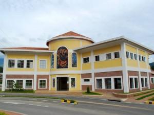 La sede principal del club es esta construcción de dos pisos con salón de fiestas, sala para juntas, gimnasio, spa, salón de belleza, juegos y restaurante.