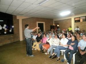el salón comunal de Villabel, se reunieron representantes del Comité Cívico de Cañaveral, los diputados Darío Vásquez, Néstor Díaz y el concejal Ferley Gonzáles, así como comunidad en general, para tratar el tema de valorización.