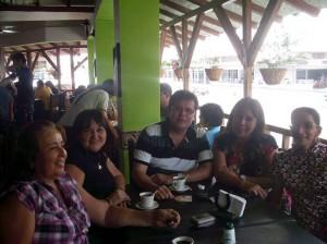 María Leonor Rojas, Elizabeth Álvarez, padre Saddy Espinel, Yolanda Quintero y Virginia Vallejo.