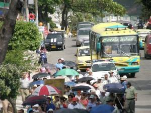 A pesar del acuerdo de no marchar, algunos miem-bros de la comunidad caminaron desde la iglesia Santa María de Lagos hasta llegar al parque La Pera.