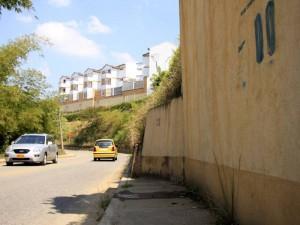 Este muro de contención también eliminó el andén por este camino que va por detrás de la iglesia.