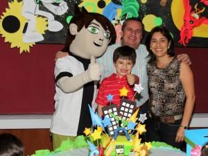 Juan Felipe Pardo Blanco en compañia de sus padres Ángela María Blanco y Rafael Pardo