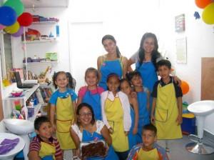 Las docents Andrea Uribe, Karla Tatiana Calderón y Andrea Avendaño (Directora del taller) junto a sus alumnos.