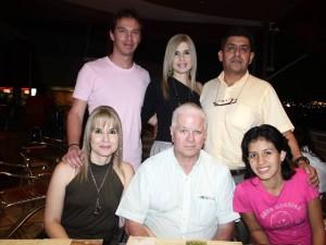 María Victoria Santamaría, Rafael Velásquez, Margarita González, Juan Pablo Velásquez, María Patricia Santamaría y Carlos Rodríguez.
