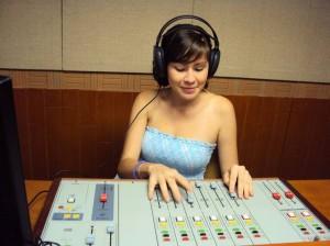 Melissa Martínez, practicante de 'Estación V', apoya el informativo de esta emisora virtual. Citar invitados, estar pendiente de las grabaciones e invitar a la vinculación de este proceso son algunas de sus funciones.