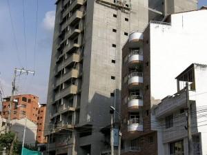 Los vecinos de esta construcción no quieren les caigan escombros