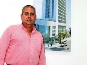 Raúl Castro Madero, gerente de la firma. Al fondo la fachada del futuro hotel.