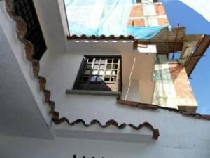 En esta zona aseguran cae permanentemente concreto, palos, bolsas y diferentes materiales de construcción.