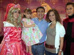 Ana María junto a sus padres Oscar Omar Orozco y Silvia Luna Gómez.