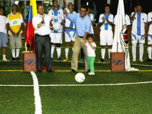 Saque de la niña Sara Rey Lamo junto a su padre Oscar Rey y el rector del Colegio, Telmo Peña Amaya.