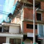 Sus vecinos piden mayor seguridad con el uso de materiles de construcción.