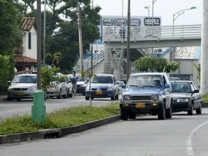 La autopista y la paralela son el lugar de espera para los conductores que no han calculado el paso del pico y placa.