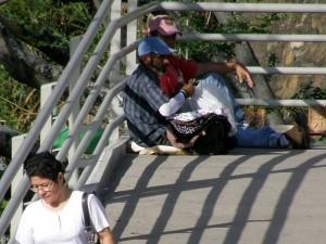 Hasta las personas víctimas de alguna enfermedad han hecho del puente su lugar para ganar dinero.