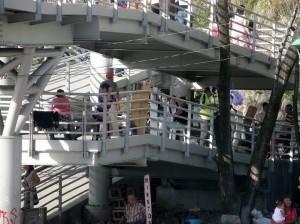 Ambulantes en el puente peatonal de Cañaveral