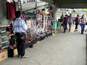 Ambulantes en el puente peatonal de Cañaveral de Floridablanca