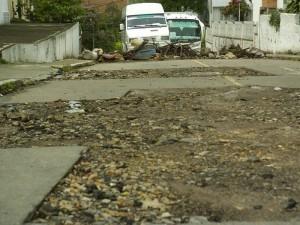 Así luce la vía desde que las obras de pavimentación quedaron paralizadas.
