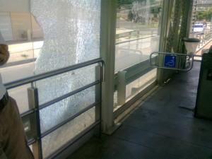 También en esta misma estación hay una puerta que no abre y tampoco le dan solución.
