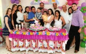 La pequeña Juliana rodeada de sus familiares.