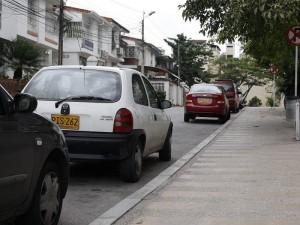 Incluso con la prohibición de parquear, muchos utilizan la calle.