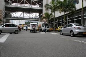 Carros estacionados sobre vías.