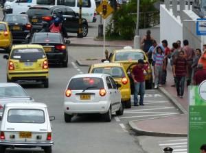 La bahía sur del Centro Comercial se ve llena de carros parqueados.