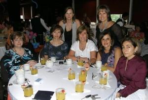 Aparecen sentadas: Elsa Arenas, María Cristina Rueda, Amparo Arenas, Adriana Rey y Lucía Gómez Gamarra. De pie: Lucía Gómez y Constanza Arenas.