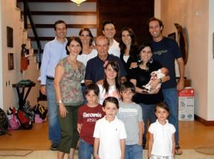 Aquí con sus hijos; Juan Felipe, Sofía y Juliana; su nuera, sus yernos y seis de sus nietos.