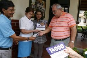 Residentes de Cañaveral, pertenecientes al Comité Cívico de Cañaverla, repartieron volantes que invitan a votar en Floridablanca.
