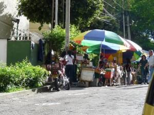 La comunidad hace un llamado a los vendedores ambulantes para que después de su día laboral, colaboren con el aseo. (FOTO Nelson Díaz)