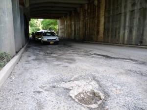 La comunidad denuncia que el mal estado de la vía genera más congestión. (FOTO Nelson Díaz)