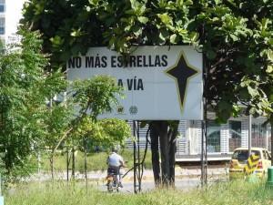 En el separador lateral de Trinitarios ya los avisos están tapados. (FOTOS Nelson Díaz)