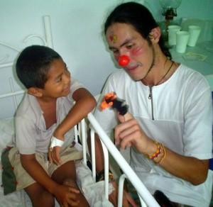 En el Hospital de Nazareth en la Alta Guajira con un niño wayuú.