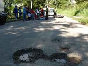 Este hueco sobre la calle 200 le ocasionó un accidente a un motociclista. (FOTOS Nelson Díaz)