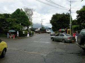 La comunidad señala que en estas esquina se reúnen vendedores ambulantes y residentes que de la mano del trago producen inseguridad en la zona. (FOTO Javier Gutiérrez)