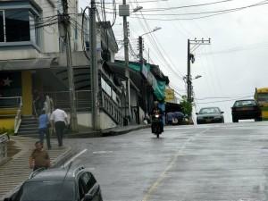 LOs vecinos señalan que por esta cuadra ya no se puede ni transitar ni caminar. (FOTO Javier Gutiérrez)