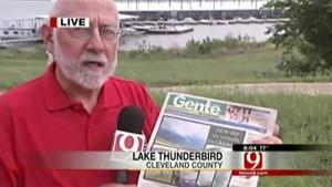 El periodista Gan Matthews muestra una edición de Gente de Cañaveral donde se habló sobre cómo bumangueses vivieron el tornado en Oklahoma.