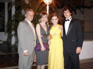 Edgar Amaya, Patricia de Amaya, Julia Amaya y Oscar Hernández. (FOTOS Mauricio Betanocurt)
